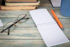 Ricerca e concetto di studio Pagina vuota del taccuino sulla tavola di legno Immagine Stock Libera da Diritti