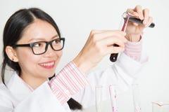 Ricerca scientifica d'avanzamento dello scienziato femminile asiatico Fotografia Stock Libera da Diritti