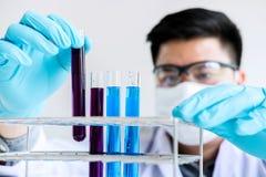 Ricerca, scienziato o medico del laboratorio di biochimica in laboratorio co fotografia stock libera da diritti
