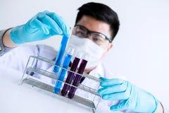 Ricerca, scienziato o medico del laboratorio di biochimica in laboratorio co fotografia stock