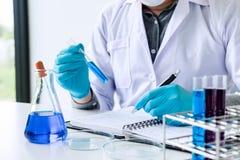 Ricerca, scienziato o medico del laboratorio di biochimica in laboratorio co immagine stock