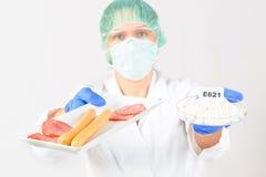 Ricercatore con alimento e preservativi Immagini Stock Libere da Diritti