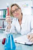 Ricercatore della donna che effettua prova in laboratorio immagini stock libere da diritti