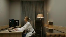 Ricercatore della donna sul lavoro Lavorando al computer, prendendo le chiamate, guardanti attraverso i documenti Video di lasso  stock footage