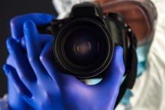 Ricercatore di dialettica della scena del crimine con la macchina fotografica digitale fotografia stock