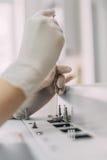 Ricercatore femminile che effettua ricerca in un laboratorio di chimica Chromat del gas Immagini Stock