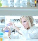 ricercatore femminile che lavora in un laboratorio Immagini Stock Libere da Diritti