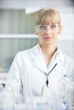 Ricercatore femminile che sostiene una provetta in laboratorio Immagini Stock