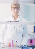 Ricercatore femminile che sostiene una provetta in laboratorio Fotografia Stock Libera da Diritti