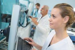 Ricercatore femminile del ritratto che effettua ricerca in laboratorio Immagini Stock