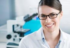 Ricercatore femminile nel laboratorio di chimica Immagine Stock