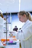 Ricercatore femminile in un laboratorio di chimica Fotografia Stock Libera da Diritti