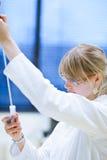 Ricercatore femminile in un laboratorio di chimica Immagine Stock
