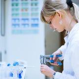 Ricercatore femminile in un laboratorio di chimica Fotografia Stock
