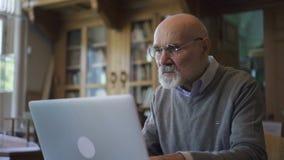 Ricercatore maschio dell'avvocato senior in vetri rotondi e nel funzionamento grigio del pulover stock footage
