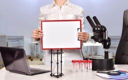 Ricercatore medico femminile con la lavagna per appunti Fotografia Stock Libera da Diritti