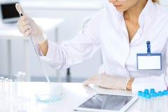 Ricercatore scientifico femminile in laboratorio che studia le sostanze Concetto di scienza e della medicina Immagine Stock Libera da Diritti