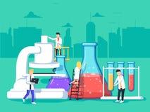 Ricercatori in laboratorio, stanno analizzando un campione facendo uso di un microscopio e stanno controllando le provette illustrazione di stock