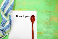Ricetta culinaria, asciugamano e cucchiaio Immagine Stock Libera da Diritti