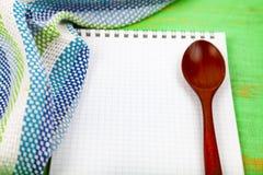 Ricetta culinaria, asciugamano e cucchiaio Fotografia Stock Libera da Diritti