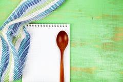 Ricetta culinaria, asciugamano e cucchiaio fotografia stock