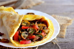 Ricetta dell'omelette del fungo del pomodoro Omelette facile farcita con le fette fresche dei pomodori ed i funghi fritti closeup Immagini Stock