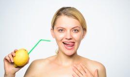 Ricetta della limonata senza supplementi Gusto reale di tatto Stile di vita sano e nutrizione organica Bevanda della vitamina del fotografie stock