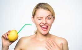 Ricetta della limonata senza supplementi Gusto reale di tatto Stile di vita sano e nutrizione organica Bevanda della vitamina del fotografia stock