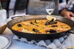 Ricetta per due in pentola tradizionale, ricetta della paella dal Mediterraneo immagine stock