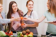 Ricetta speciale del pasto vegetariano della classe di cottura delle donne fotografia stock libera da diritti