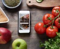 Ricette dell'alimento sullo Smart Phone Fotografia Stock Libera da Diritti
