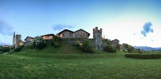 Ricetto二坎德洛中世纪村庄的全景在山麓的,使用作为避难所在攻击时候在中间Ag期间 库存照片