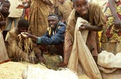 Ricevendo gli approvvigionamenti di generi alimentari dal PMA, il Burundi Fotografia Stock