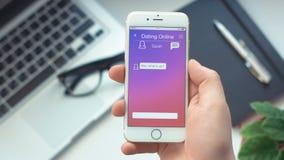 Ricevendo nuovo messaggio a datare app sullo smartphone video d archivio
