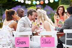 Ricevimento nuziale di Enjoying Meal At dello sposo e della sposa Immagini Stock Libere da Diritti