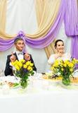 Ricevimento nuziale di Enjoying Meal At dello sposo e della sposa Immagini Stock