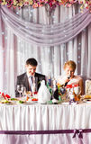Ricevimento nuziale di Enjoying Meal At dello sposo e della sposa Fotografia Stock