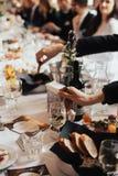 Ricevimento nuziale Regolazione della Tabella nel ristorante Fotografia Stock