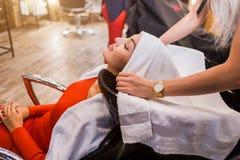 Ricezione al parrucchiere, trattamento dei capelli della stazione termale, coloritura di capelli, taglio di capelli fotografia stock