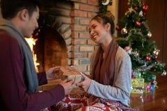 Ricezione del regalo di Natale Immagini Stock Libere da Diritti
