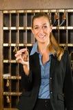 Ricezione dell'hotel - chiave della tenuta della donna a disposizione Fotografia Stock