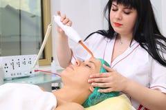 Ricezione della procedura facciale darsonval elettrica di massaggio Fotografie Stock