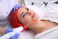 Ricezione della procedura facciale darsonval elettrica di massaggio Fotografia Stock