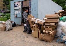 Ricezione di cartone al punto per i recyclables, la città della raccolta di Voronež Fotografie Stock Libere da Diritti