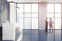 Ricezione di legno negli uomini moderni di una vista laterale dell'ufficio Fotografie Stock Libere da Diritti