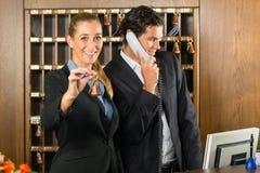 Ricezione in hotel - uomo e donna Fotografia Stock Libera da Diritti