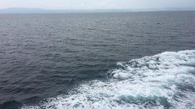 Rich Blue Caribbean Water Going por una nave que cruza almacen de video