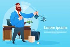 Rich Business Man Hold Scale avec l'homme d'affaires intérieur Workplace de bureau d'argent Images libres de droits