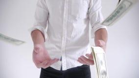 Rich Businessman die geld op een witte achtergrond werpen Langzame Motie stock video