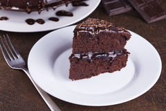 Rich Chocolate Cake luxueux du plat blanc Photo stock